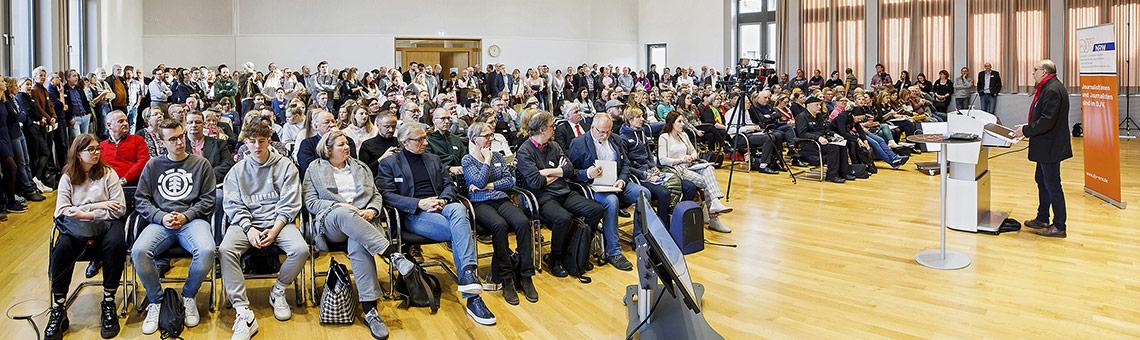 Auf einen vollen Saal mit Teilnehmenden aller Generationen blickte Frank Stach bei der Eöffnung des Journalistentags. | Foto: Alexander Schneider