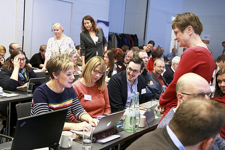 Im Gespräch (v.l.): Andrea Hansen, Barbara Löcherbach, Pascal Hesse und Stefan Lenz (halb verdeckt), stehend rechts Katrin Kroemer. | Foto: Anja Cord