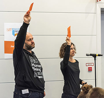 Redebedarf: Die NRW-Delegierten Markus Peick und Birte Gernhard melden sich zu Wort. | Foto: Frank Sonnenberg