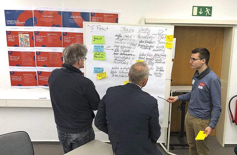 Was Brainstorming und Gruppenarbeit ergeben haben: Oskar Vitlif (r.) im Gespärch mit Jost Wolff (l.) und Daniel Scheschkewitz. | Foto: Susanna Holtgrewe