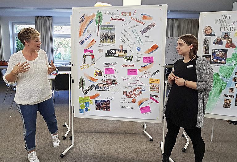 Andrea Hansen (l.) und Marie Kirschstein stellen das Ergebnis einer Teilgruppe vor. | Foto: Corinna Blümel