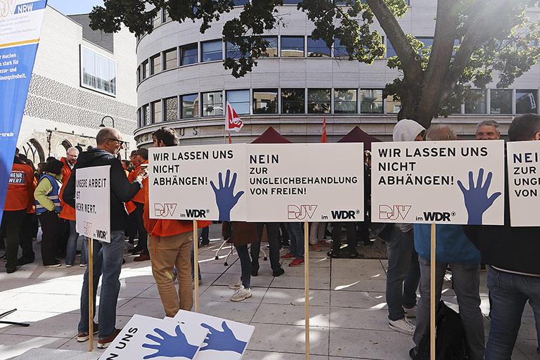 Die hohe Streikbereitschaft (hier am 18. September in Köln) hat der WDR-Tarifkommission den Rücken gestärkt. | Foto: Corinna Blümel