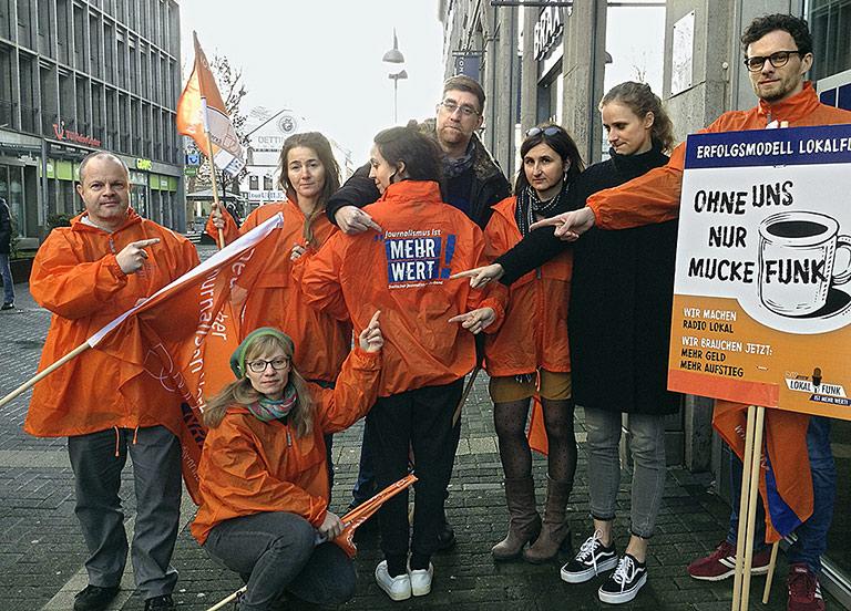 Beschäftigte von Radio Bochum zeigten ihren Unmut. | Foto: Sascha Fobbe
