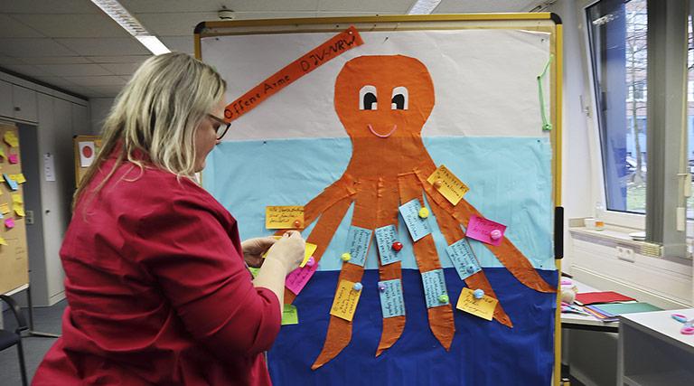 Harriet Langanke mit dem freundlichen Tintenfisch, der die offenen Arme des DJV-NRW symbolisieren soll. | Foto: Corinna Blümel