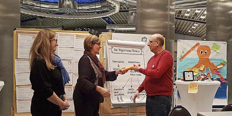 Die erste Phase ist abgeschlossen: Susanne Holtgrewe (l.) und Ursula Wienken übergeben den Staffelstab an Frank Stach. | Foto: Corinna Blümel