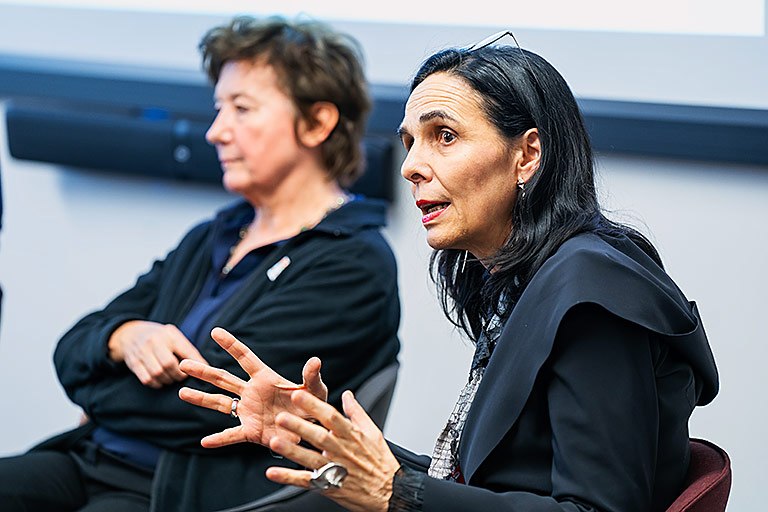 Arbeitsbedingungen und Qualität im Journalismus zusammen diskutieren, fordert Marlis Pinzing (r., hier beim Journalistentag 2019 mit Brigitte Fehrle). | Foto: Udo Geisler
