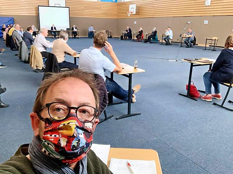 Zur neuen Normalität im Journallismus gehören Ratssitzungen in der Turnhalle | Foto: Jörg Homering-Elsner