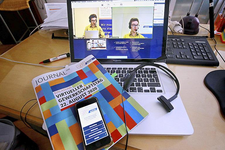 Gut gewappnet für den digitalen Gewerkschaftstag: Laptop, Kopfhörer, Smartphone mit der Abstimmungsapp und Sitzungsunterlagen. |Foto: Anja Cordr
