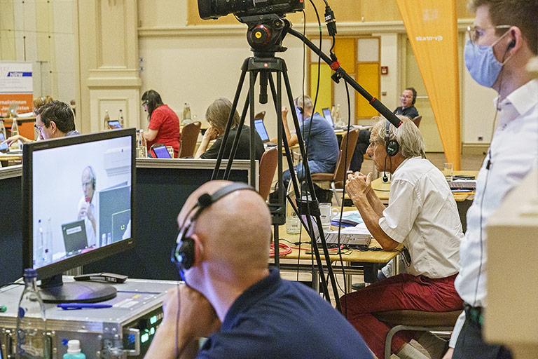 In der Technik liefen die Bilder aus dem Sitzungssaal und den vielen Rechnern im ganzen Land zusammen. | Foto: Alexander Schneider