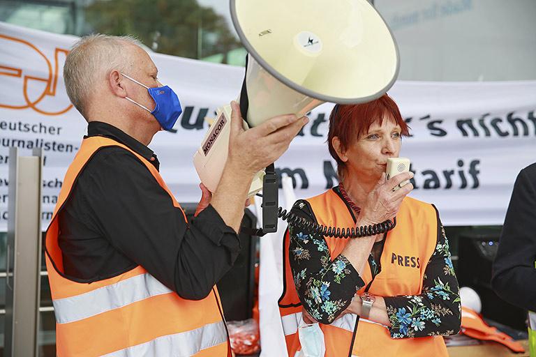 Protest wegen des schlechten Angebots der DW: Daniel Scheschkewitz und  Helle Jeppesen vom DJV bei der kämpferischen Mittagspause Anfang September. | Foto:  Hao Gui