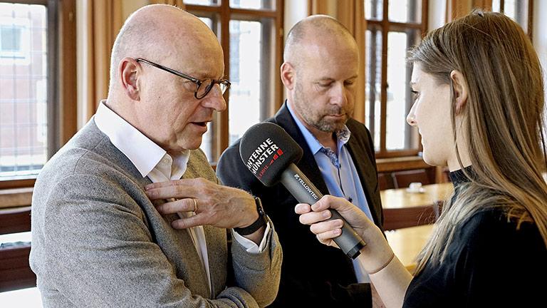 Krisenkommunikation vom ersten Arbeitstag an: Thomas Reisener (M.) begleitet Oberbürgermeister Markus Lewe beim Interview. | Foto: Presseamt Münstert/Marc Geschonke