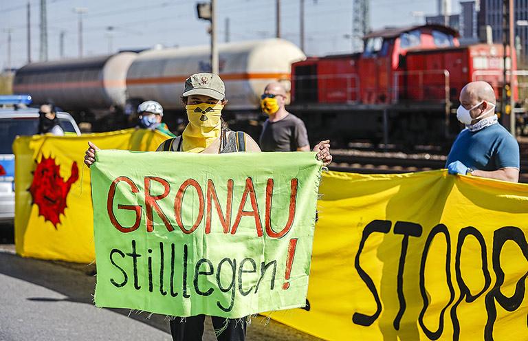 Aktuelle Fotos statt älterer Symbolbilder: Coronagerechter Anti-Atom-Protest gegen einen Castortransport aus Gronau im April 2020 am Güterbahnhof Münster. | Foto: caro images/Rupert Oberhaeuser