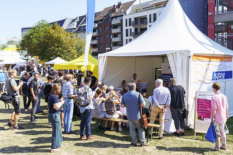 Kontakt nicht nur zu Medienschaffenden, sondern auch zum Publikum sucht der DJV-NRW bei Veranstaltungen wie dem Campfire-Festival (hier im Sommer 2019).  | Foto: Alexander Schneider