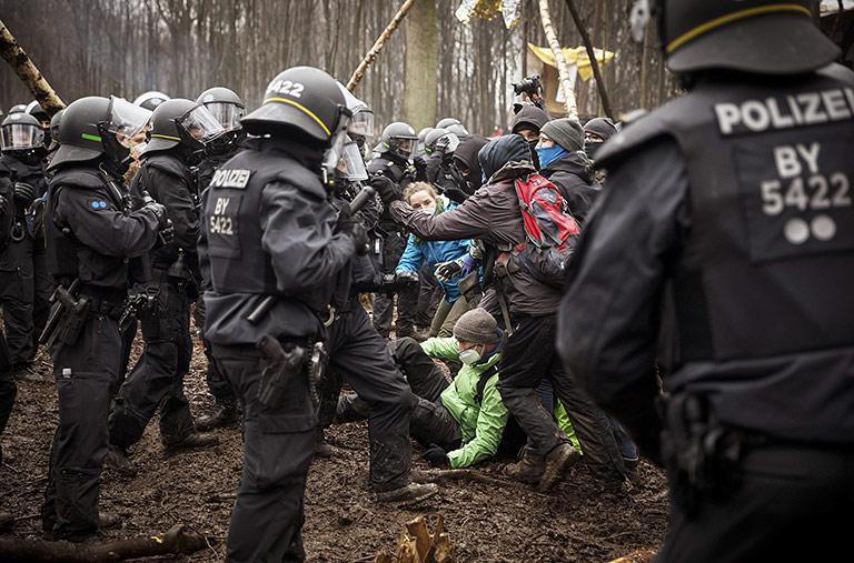 Räumung des Dannenröder Forstes im Dezember: Im Getümmel unterscheiden Einsatzkräfte nicht immer zwischen Teilnehmenden und Dokumentierenden.  | Foto: Gordon Welters/laif