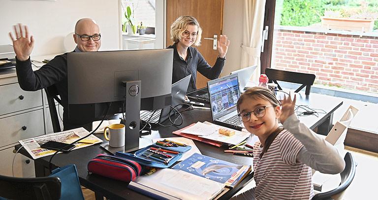 Drei Arbeitsplätze an einem Esstisch: Beim Aachener Lokalredakteur Holger Richter wird es manchmal ganz schön eng. |Foto: Harald Krömer
