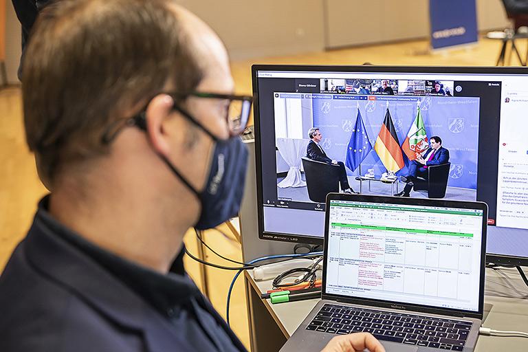 Auf dem Bildschirm Frank Überall im Gespräch mit Medienstaatssekretär Nathanael Liminski. |Foto: Udo Geisler