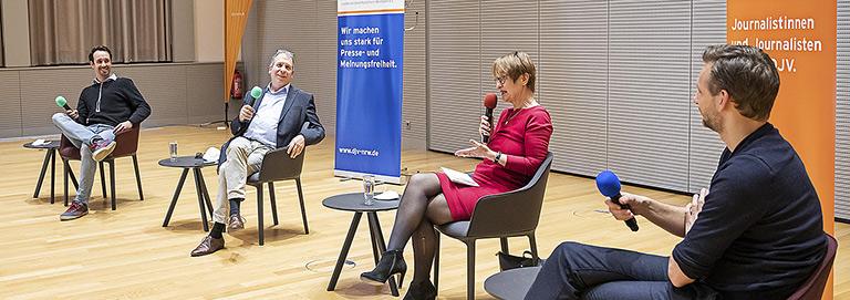 Auf dem Panel Lokaljournalismus begrüßte Katrin Kroemer (v. hinten l.) Timo Fratz, Jürgen Overkott und Benjamin Piel vor Ort. |Foto: Udo Geisler