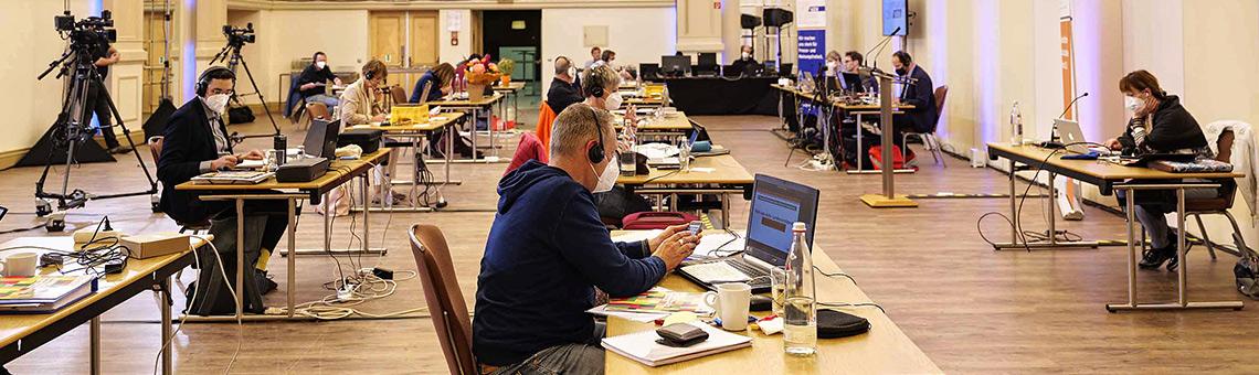 Mit Abstand bestuhlt: Landesvorstand, Geschäftsführer und Justiziar auf der linken Seite, rechts das Präsidium und die Protokollführenden.   Foto: Alexander Schneider