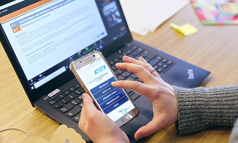 Für Wortmeldungen und Abstimmungen diente eine App auf dem Smartphone.   Foto: Alexander Schneider