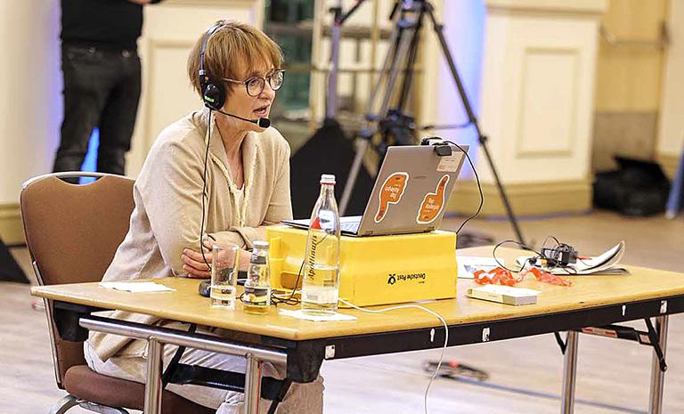 Katrin Kroemer bei einem konzentrierten Statement, die Maske durfte dafür kurz runter.   Foto: Alexander Schneider