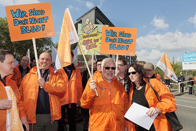 Ein Meer von orangen Jacke: Helmut Dahlmann (2. v. r.) 2011 bei einem Warnstreik in Dortmund. Rechts neben ihm die damalige Geschäftsführerin Anja Zimmer. | Foto: Anja Cord