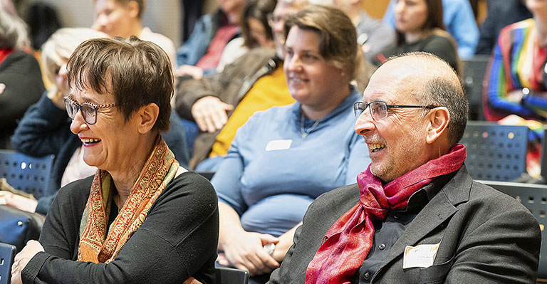 Zum Glück gibt es auch was zu lachen: Frank Stach (vorne r.) und Katrin Kroemer (l.) beim Journalistentag 2019. | Foto: Udo Geisler