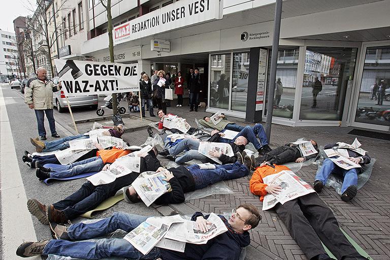 """""""Zeitungssterben"""" vor der WAZ-Redaktion   Foto: Bertold Fernkorn"""